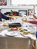 Tischszene italienisches Familienessen
