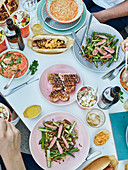 'Street Food Corner' Tischszene