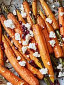 Geschmorte Möhren mit Hirtenkäse und Granatapfelkernen