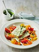 Ricotta-Kräuter-Brot mit Tomatensalat