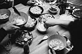 Tischszene mit Zutaten für Pho Bo, traditionelle Suppe aus Vietnam