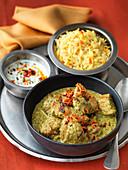 Hähnchencurry mit Kräutern, Raita und Basmatireis (Indien)