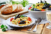 Linguine with mussels and tomatoes