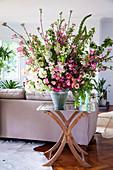 Üppiger Frühlingsstrauß mit Blütenzweigen und Ranunkeln