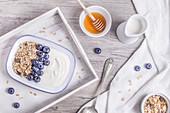 Müsli mit Haferflocken, Heidelbeeren, Joghurt und Honig