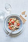 Kichererbsensalat mit Tomaten, Brot und Wasser