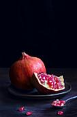 Granatapfel, ganz und aufgeschnitten