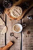 Selbst gebackene Kekse, eine Tasse Kaffee und Weihnachtsdekoration