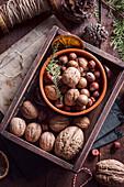 Verschiedene Nüsse in einer Holzkiste