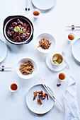 Ente, eingelegtes Gemüse, Schweineohren und Hühnchensuppe (Restaurant 'Lazhu', Shanghai)