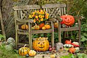 Herbst Arrangement mit Kürbissen und Strauß aus Ringelblumen und Rosen