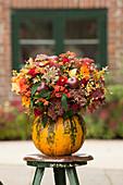 Bunter Herbststrauß in Kürbis als Vase