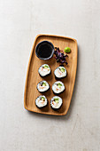 Maki mit Garnelen, Gurke und schwarzem Sesam