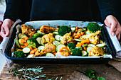 Rohe Hähnchenteile mit gemischtem Gemüse in der Reine