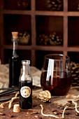 Eine Flasche Lebkuchensirup und Black Russian Cocktail