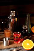 Glas Aperol und Cocktail-Zutaten