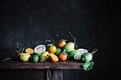 Verschiedene Zitrusfrüchte auf Holztisch