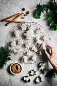 Vegane Weihnachtsplätzchen aus Lebkuchenteig mit Puderzucker auf Abkühlgitter