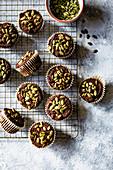 Kürbis-Muffins auf Abkühlgitter (Aufsicht)