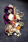 Vegetarische und glutenfreie Antipasti-Platte (Aufsicht)