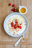 Quark and flaxseed cream with honey, walnuts and fruit