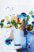 Wrap mit Garnelen, Joghurt, Gurke, Chili und Koriander