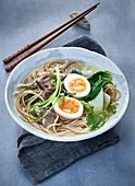 Ramen-Suppe mit Rindfleisch und Ei (Japan)
