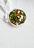 Hackfleisch-Bowl mit geröstetem Kürbis, Spinat und grünen Bohnen