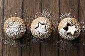 Drei Mince Pies mit Lebkuchen-Teigdeckel und ausgestochenen Sternen