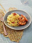Spaghetti mit Garnelen-Safran-Sauce und Garnelen