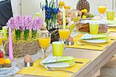 Frühstückstisch mit Hyazinthen und Netziris als Dekoration