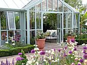 Großer Wintergarten und Terrassenbeete mit Buchs-Hecke