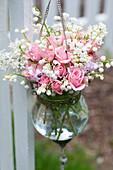 Duftstrauß aus Rosen, Maiglöckchen und Flieder