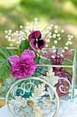 Blüten-Arrangement mit Rose 'Hansa', Maiglöckchen und Stiefmütterchen