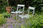 Stühle auf kleiner Terrasse