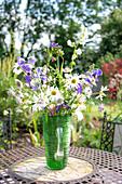Ländlicher Sommer-Blumenstrauß mit Margeriten und Glockenblumen