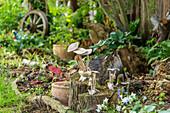 Hölzerne Pilze als Dekoration auf Baumstümpfen