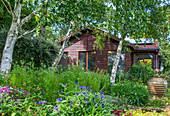 Ländlicher Garten mit Gartenhaus