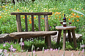 Rustikaler Sitzplatz am Wildblumenbeet