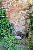 Antike Gartengeräte als Dekoration