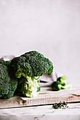 Brokkoli auf Holzschneidebrett