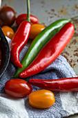 Verschiedene frische Tomaten und Chilischoten