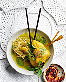 Hühnersuppe mit Zitronengras und Nudeln (Asien)