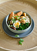 Ramen-Soup-Bowl mit Ei, Shiitake, Garnelen und Lachs