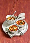 Salsa-Suppe mit Mais, Kidneybohnen und Ajvar