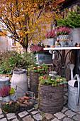 Herbstliche Dekoration mit Besenheide und Herbstkränzen