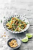 Papaya-Möhren-Salat mit getrockneten Garnelen und Schlangenbohnen