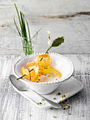 Horseradish foam soup with a sweet topping and potato crisps