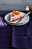Ein Stück Käsekuchen mit Granatapfel und Mandarinen zu Weihnachten