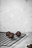 Vegane Rote-Bete-Pralinen mit Schokoladenglasur und Meersalz